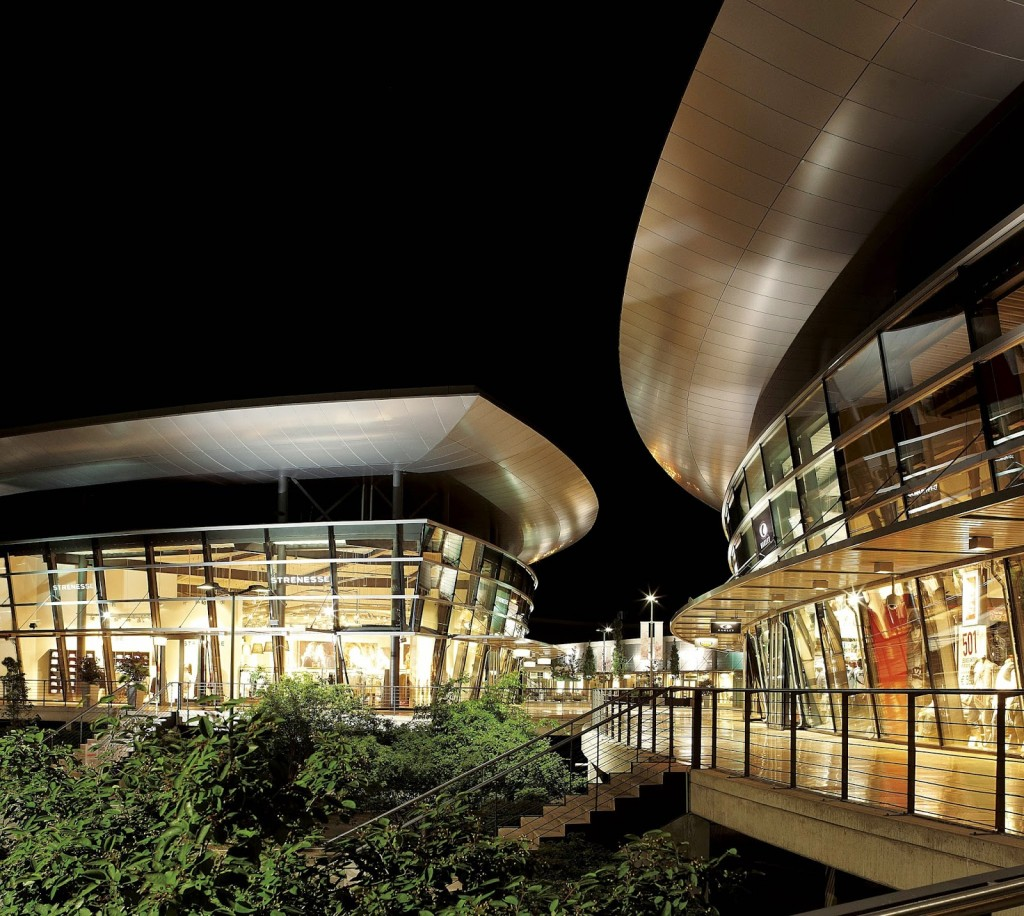 K-MB_designer_outlets_Wolfsburg_center_strenesselevis_night